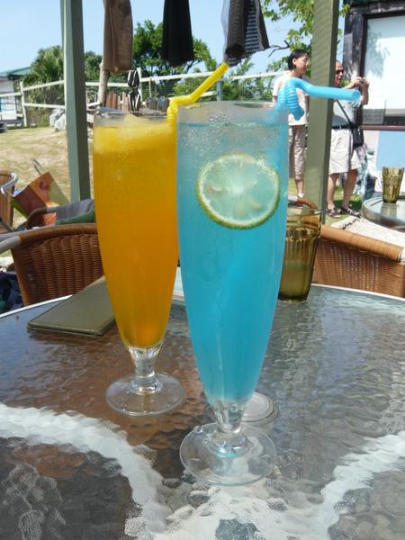 熱帶冰茶和粉藍冰杯