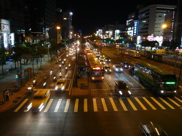 看看夜晚的霓虹車景