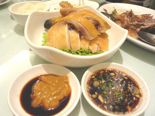 白斬土雞搭配桔醬和蔥蒜醬油