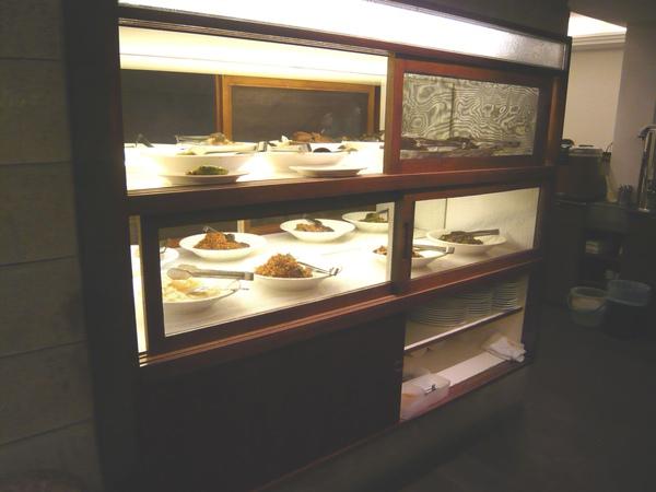 入口處有個復古紗製拉門的餐廚  裡面擺滿一道道精緻小菜
