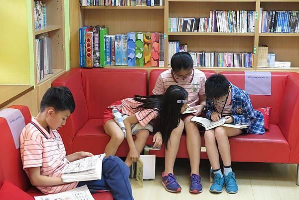 學生用心熱烈的參與書展