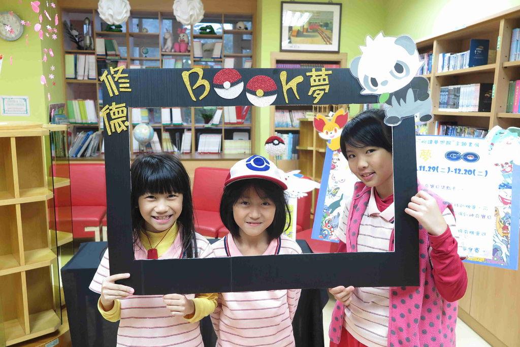 學生享受閱讀的樂趣