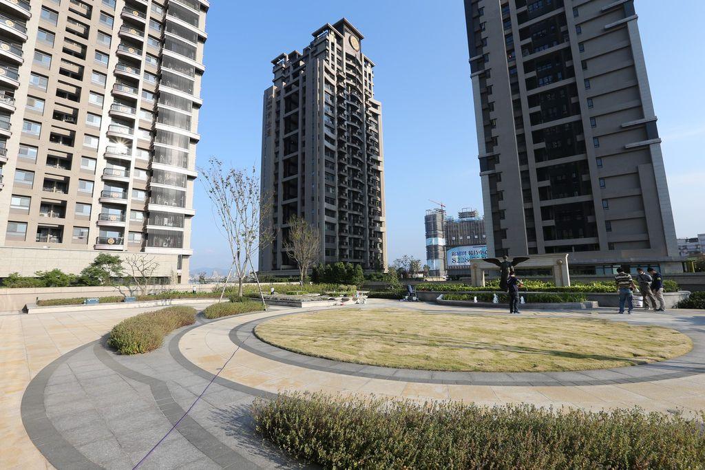 遠雄二代宅,設置在三樓的寬闊的中庭-中和左岸/中和建案-彩虹園