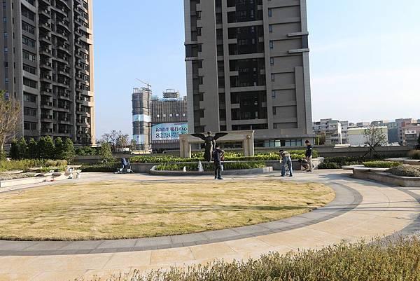遠雄二代宅,廣闊的地上中庭設置在三樓-中和左岸/中和建案-彩虹園