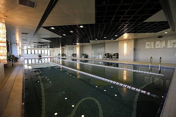 遠雄二代宅,不輸五星飯店的游泳設施-中和左岸/中和建案-彩虹園