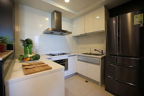 廚房被配備也都頗高檔,後工作陽台也是