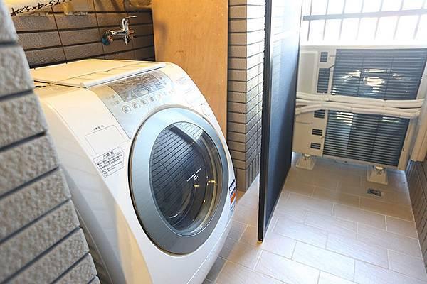 放得下滾筒洗衣機ㄟ,連曬衣架也都裝好了