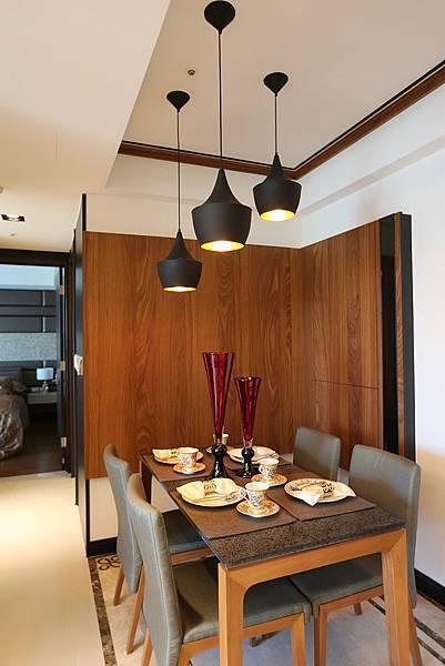 餐廳跟廚房在大門的左右兩側