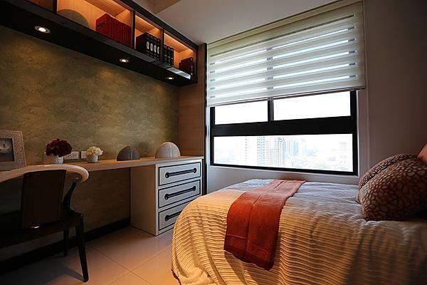 次臥的部份,留有大面窗,床跟書桌中間的通道不會太窄