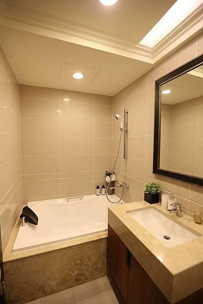 大兩房格局是共用一個衛浴,浴缸看來很大