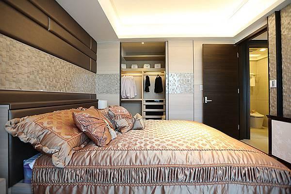 主臥空間寬敞,共用衛浴的空間規劃