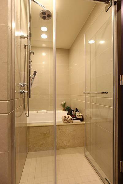 主臥的淋浴設備幾乎是飯店等級