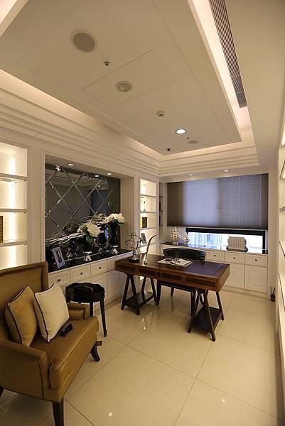 客廳後方規劃成書房