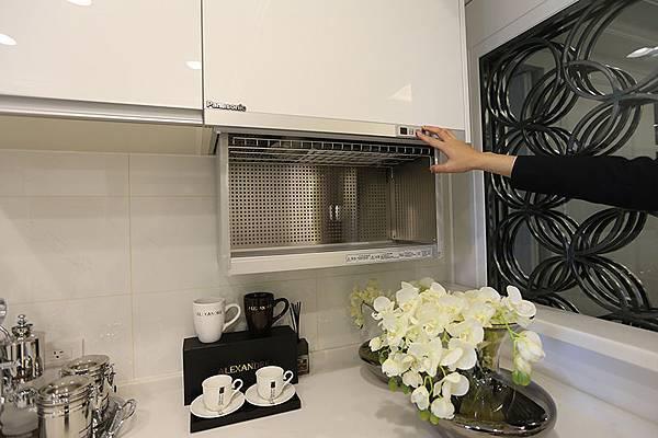 流理台上方的置碗櫃可以一鍵自動上升下降