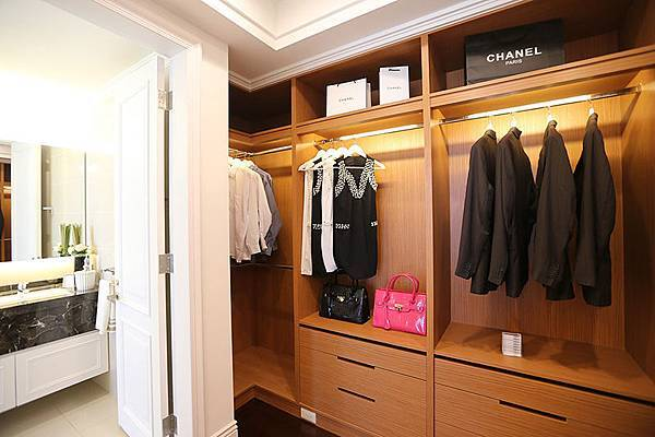 在主臥衛浴跟房間中間可以規劃衣帽間的空間