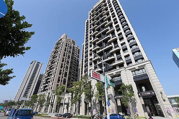 中央公園位於中央路、福壽路口,社區共有三棟建築