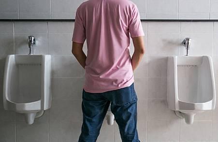 男子尿尿.jpg