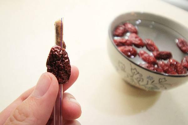 水梨銀耳紅棗甜湯1-3紅棗去籽吸管捅出_1847.jpg