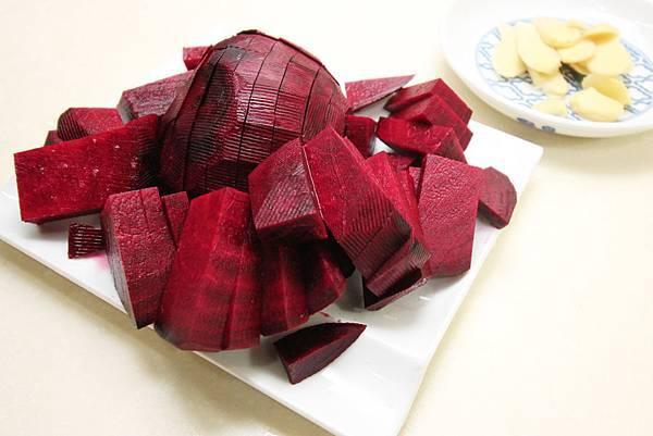 甜菜根排骨湯-v4甜菜根薑切好_0402