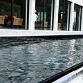【戶外景】於1F的觀景窗,可以欣賞到鏡面池水映的自然光感。