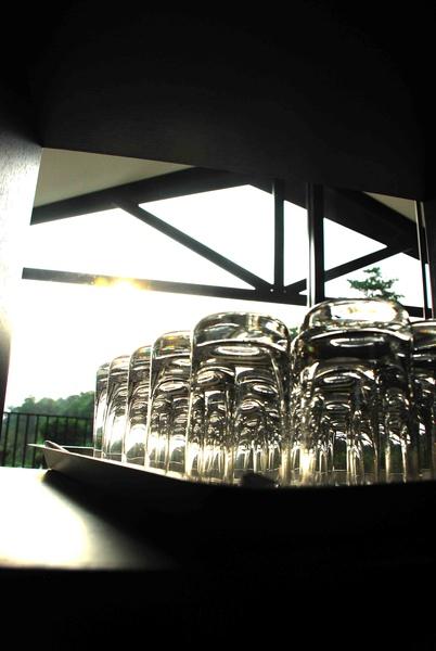 【杯子特寫】花樹下的一隅,可以看到太陽光,折射在杯盤的倒影。