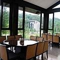 【室內照2F】2樓一角,可以一覽麻布山林的綠意美景。