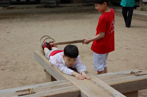 韓國民俗村 - 古代刑具 + 現代小魔鬼