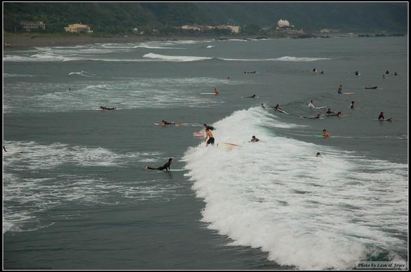 不少人在玩衝浪