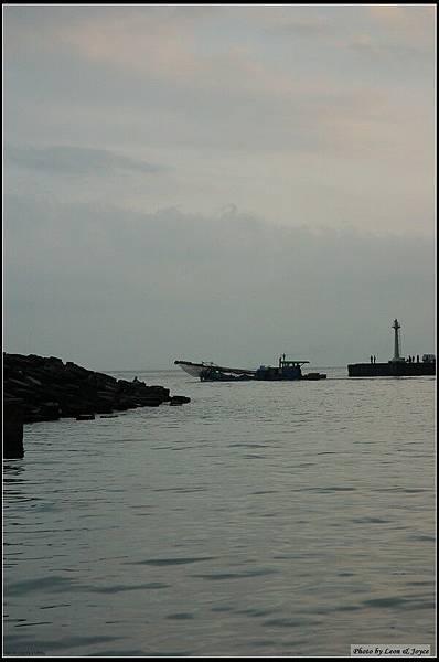天色漸暗,漁船出海補魚去