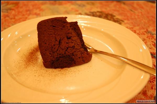 外脆內軟的比利時巧克力蛋糕,可可含量53%,讓不嗜此味的我,也一口氣吃光