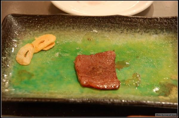 松阪牛肉,油脂分布均勻綿密,放進口中,一不小心就滑進肚子裡