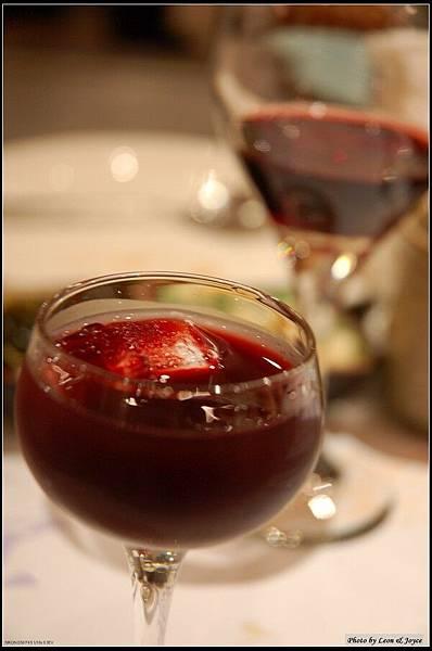 前面是招待的洛神花茶,後面是Jimmy請的紅酒