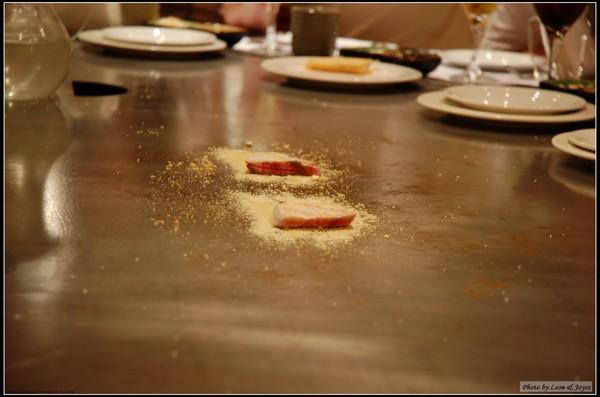 其他人的紅魽生魚片採起士風味,底下的粉是Parmesan Cheese