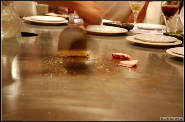 師傅俐落的手法,用Cheese把魚肉捲起來