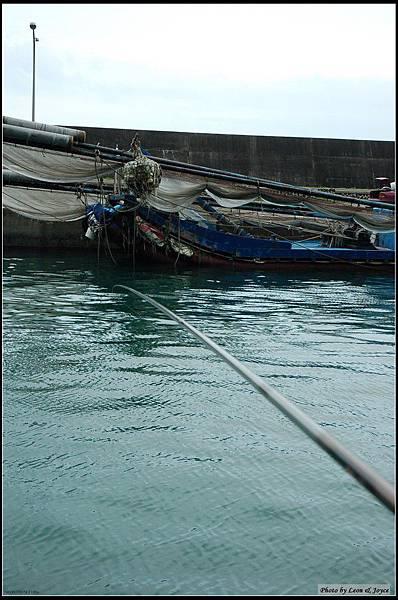 烏石港內不少人在釣魚,港內水質清澈見底,Jimmy當然不會放過,火速買了箭蝦當餌,看看能否加菜
