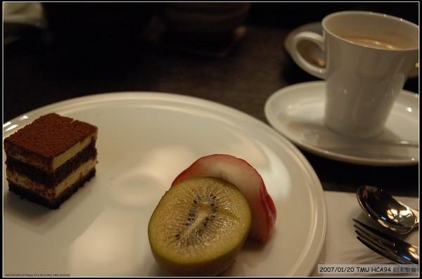 甜點水果加咖啡