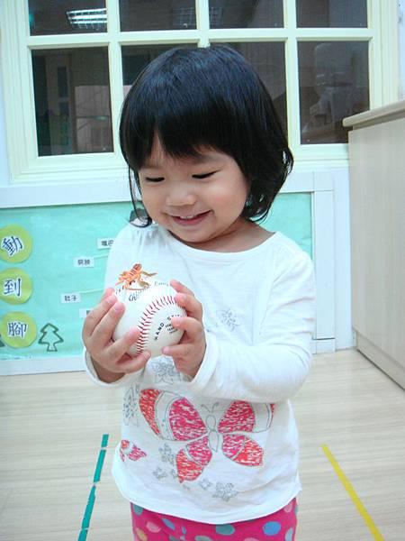 小壁虎~你也要玩球嗎~ (2)