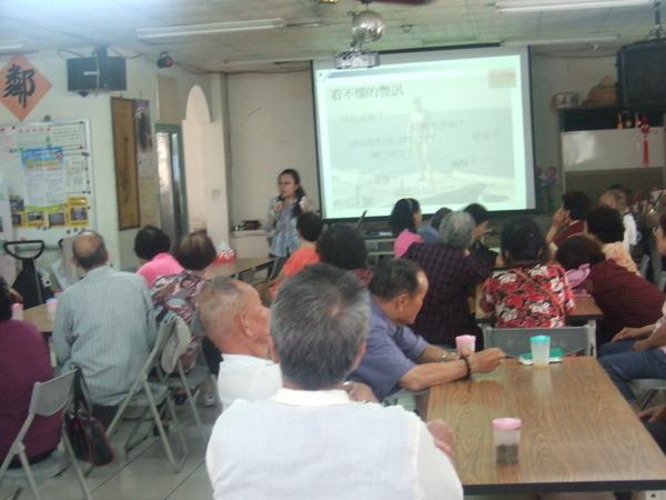 講師為社區民眾作愛滋宣導課程