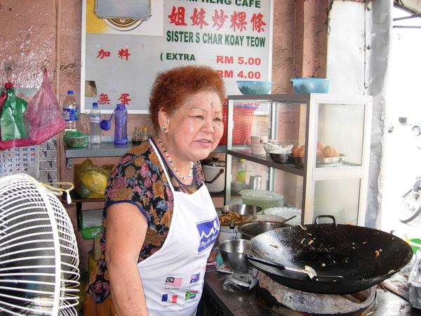 炒粿條的婆婆-竟然剛好是本校僑生家裡開的