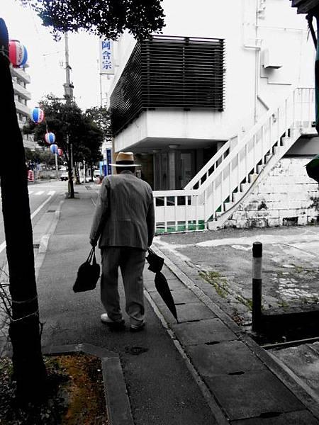 老爺爺走在我們前面