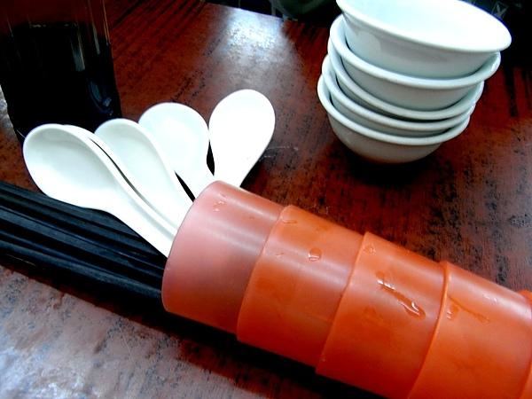 241 阿姨很豪放地把餐具洒在桌上.JPG