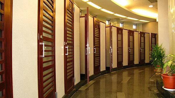 女廁共計30間,門上有編號