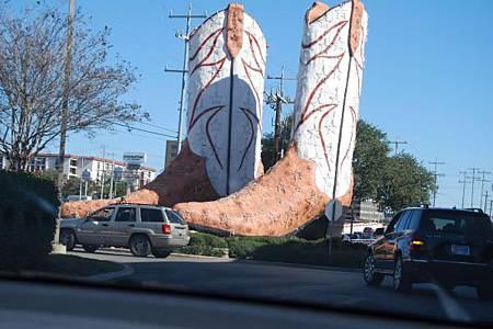 San-Antonio-has-Big-Boots-Texas-United-States-400x600