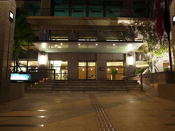 夜間前庭.JPG