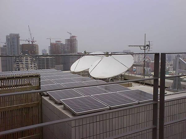 頂樓太陽能板.JPG