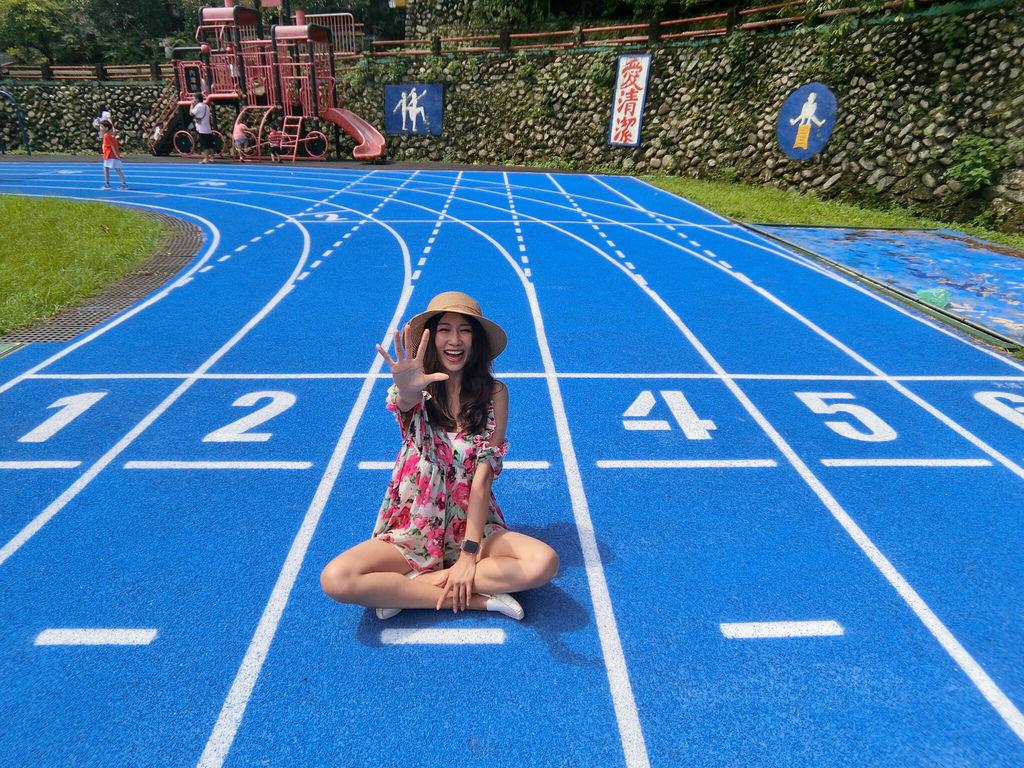 新竹一日遊-平靜和理性的藍色跑道!內灣車站旁的內灣國小
