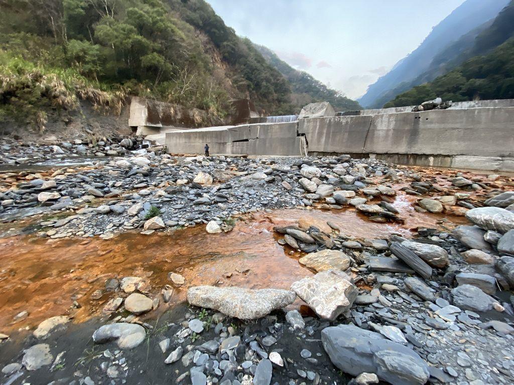 隱藏版的南投野溪溫泉,一起到充滿鐵質的精英2號溫泉泡湯