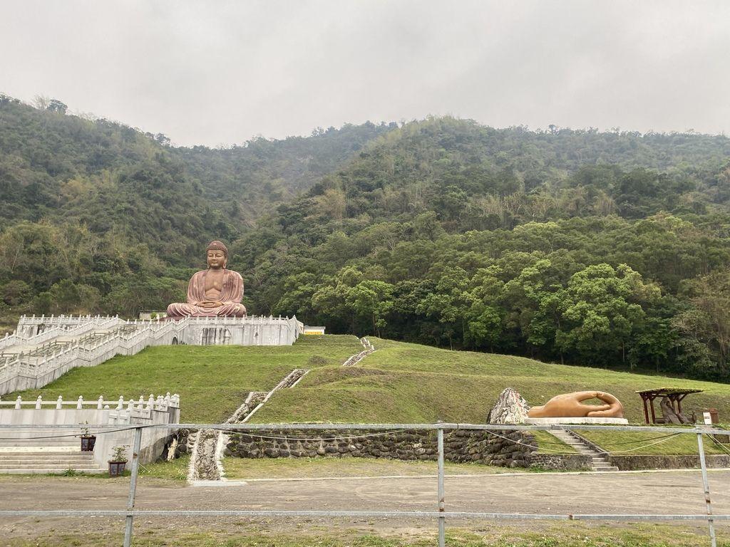 高雄六龜景點-觀賞七層樓高的六龜大佛,遠眺遠方的美麗山景