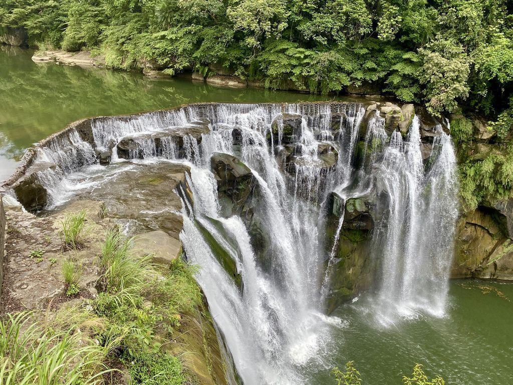 最夯的平溪景點!一起去全台最大的簾幕瀑布-十分瀑布