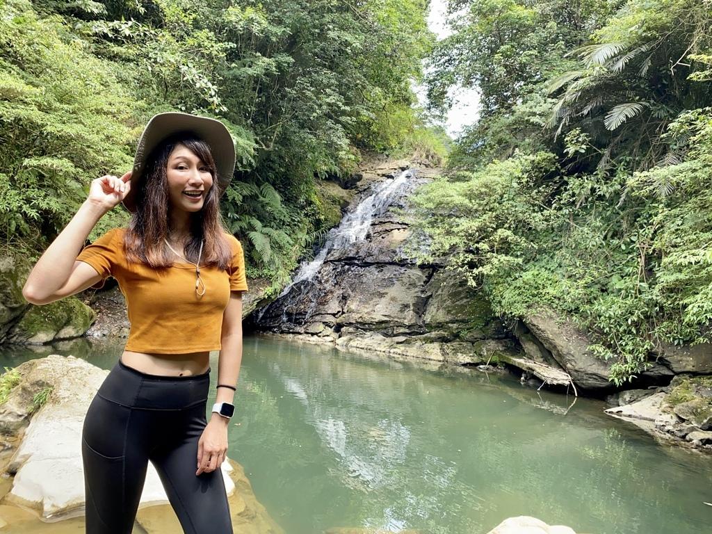 平溪瀑布景點-萬寶洞紀念公園的斜壁式瀑布-萬寶洞瀑布